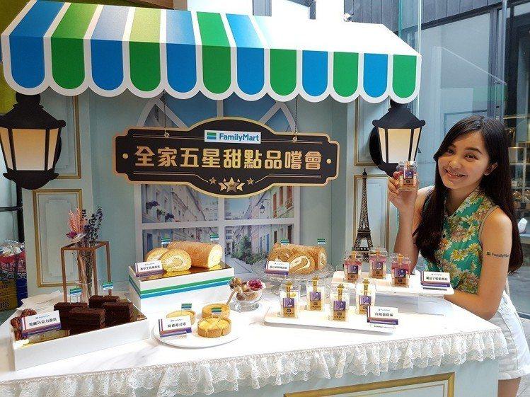 全家邀前飯店主廚簡祥丞操刀開發6款手工定番甜品 。圖/全家便利商店提供