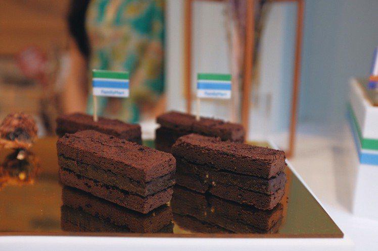 全家五星甜點系列「雪藏巧克力蛋糕」,售價59元。圖/記者沈佩臻攝影