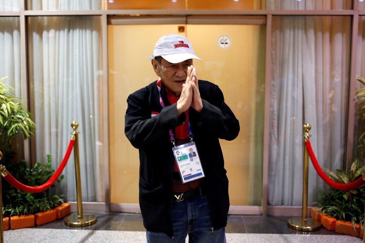 印尼首富班邦在亞運場地接受媒體訪問談打橋牌的心得。路透