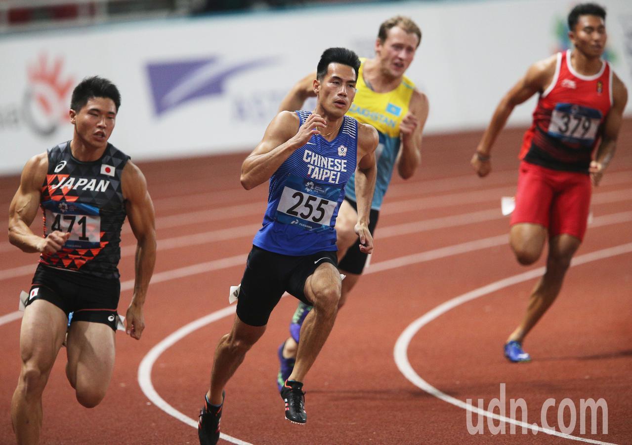 亞運男子200公尺準決賽,楊俊瀚(左二)出賽。特派記者陳正興/雅加達攝影