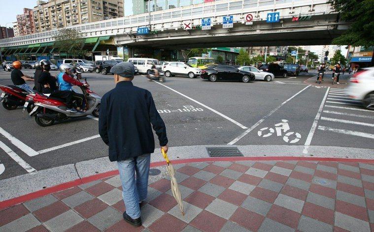 都會區老人常因馬路綠燈秒數太短,走到一半就「變燈」,險象環生。報系資料照
