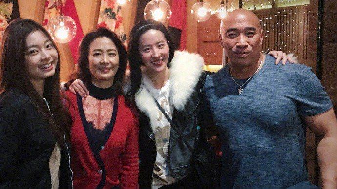 劉曉莉(左二)到場為劉亦菲(右二)慶生。圖/摘自微博