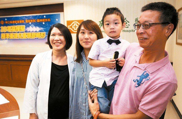林口長庚醫師盧亭辰(左一)說明3D模擬技術改善兒童頭部畸形,3歲羅小弟在父母陪同...