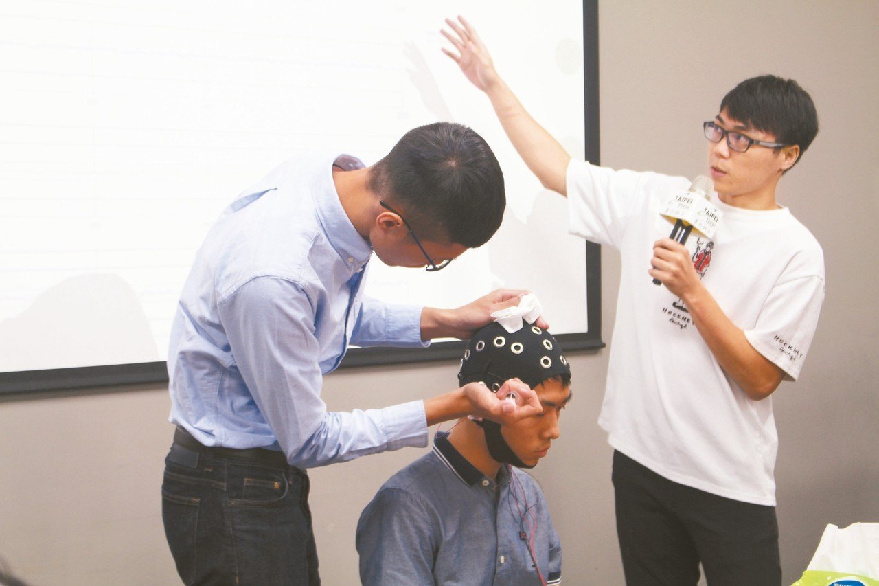 台北科大研究團隊的學生操作「智慧腦波溝通」設備。 記者陳婕翎/攝影
