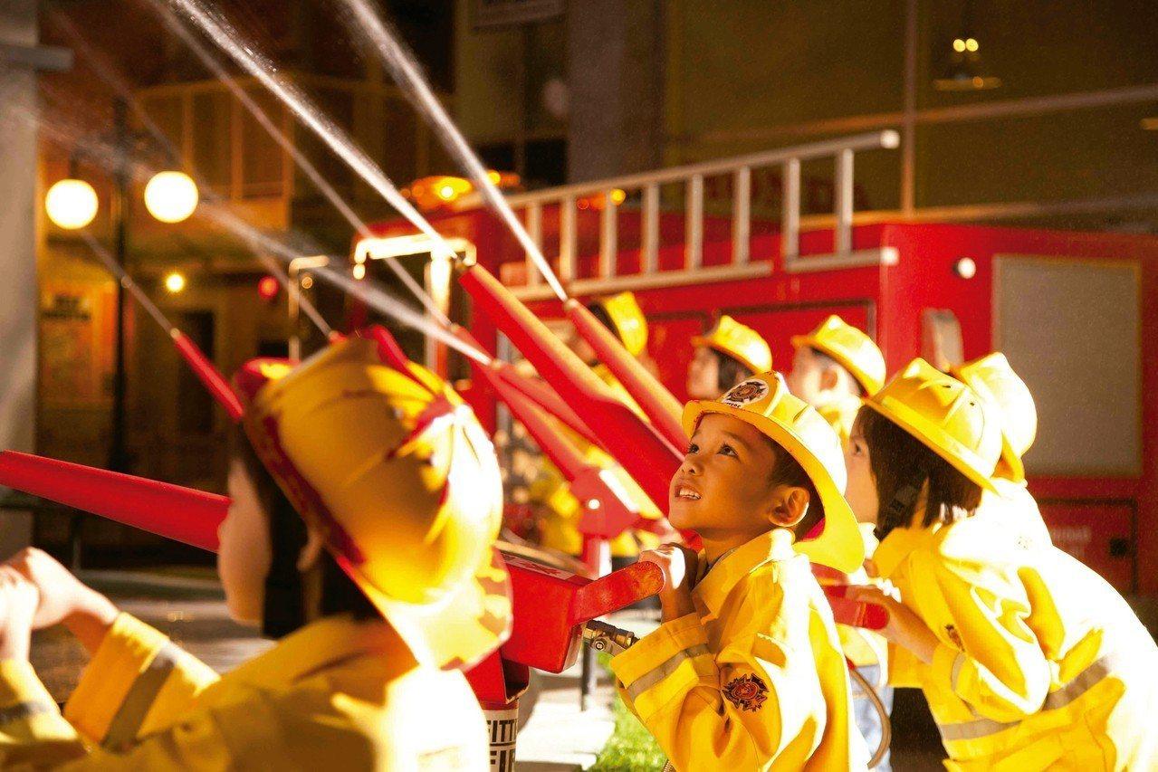 在KidZania兒童職業體驗樂園中,孩子可以接觸到醫生或是消防員等工作。 圖/...