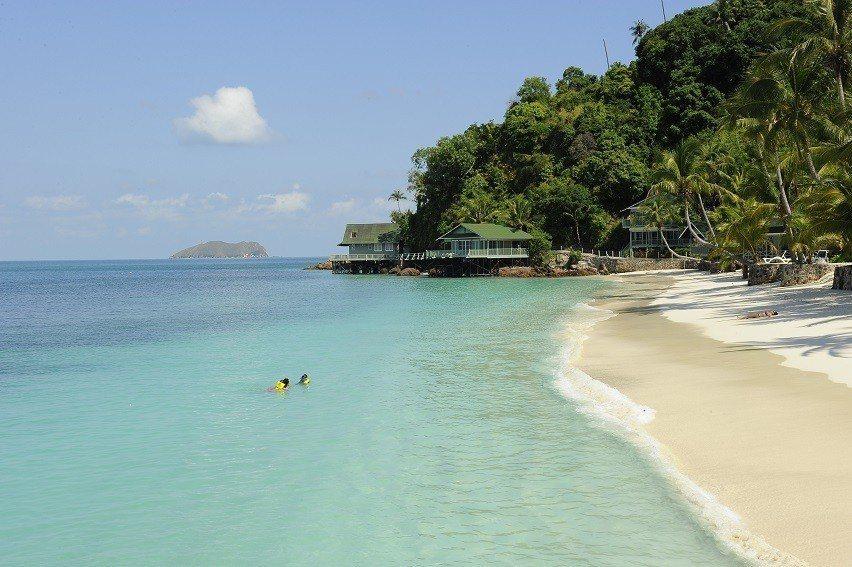 拉哇島以白色的珊瑚沙、高大的棕櫚樹和珊瑚礁而聞名。圖/馬來西亞觀光局提供