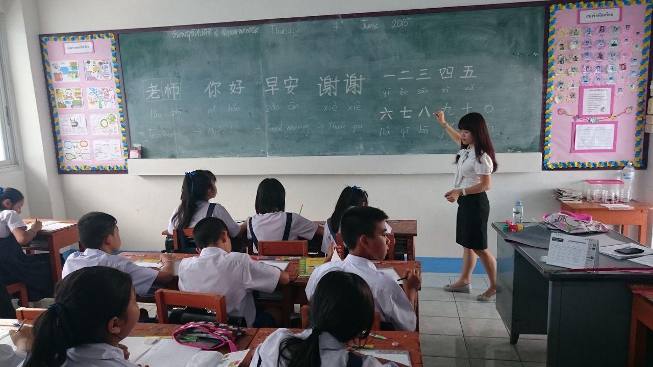 台灣教師赴泰國教學童「老師」、「你好」等基本中文用語。 圖/教育部提供