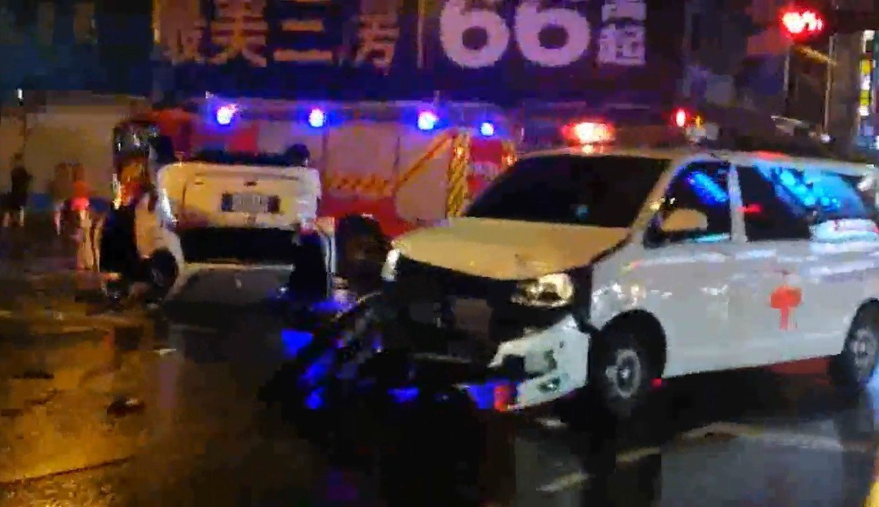 台中市晚間發生民間救護車和轎車街頭互撞事故。圖/讀者提供