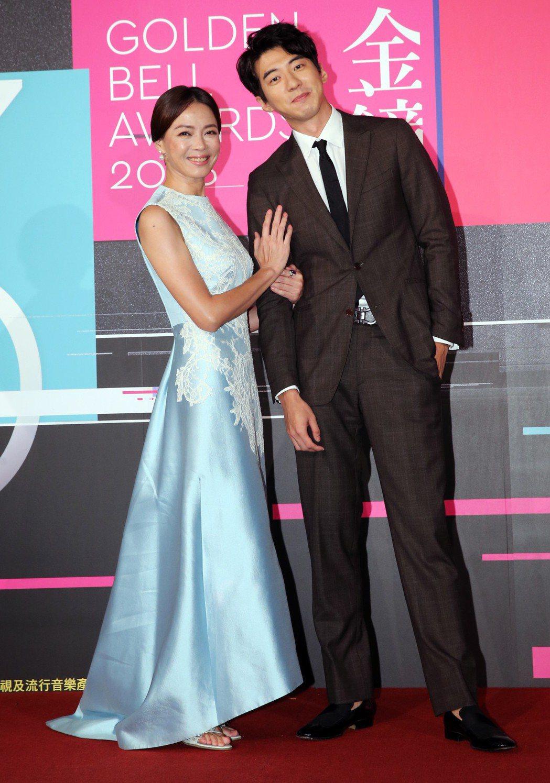 藝人柯淑勤(左)、傅孟柏(右)昨天出席第53屆電視金鐘獎入圍公布記者會,公布「戲
