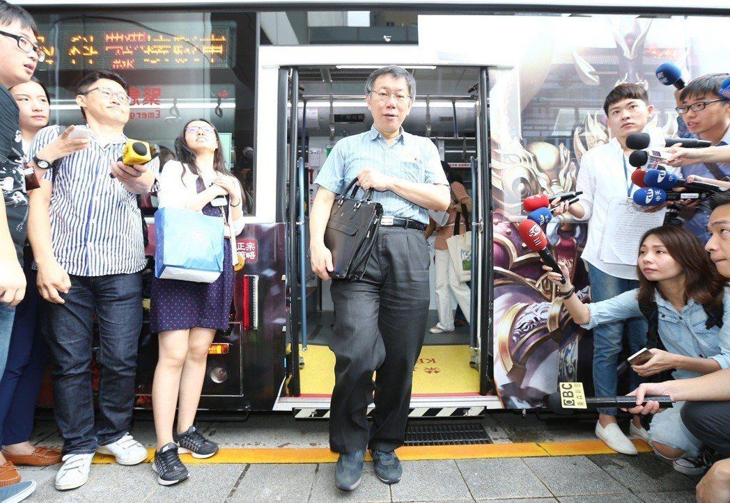 台北市長柯文哲因每天上班搭公車時段固定,成為嗆聲者最明顯的「箭靶」。 圖/聯合報...