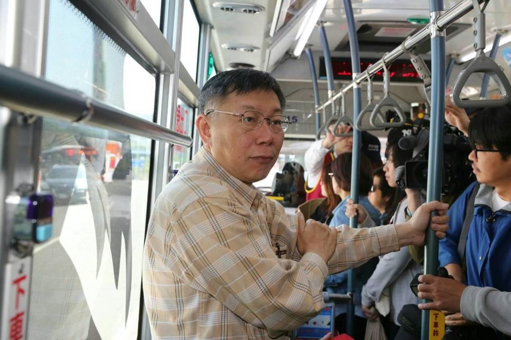 最近三起近身陳情事件,讓柯P決定改搭公務車上班。 圖/聯合報系資料照片