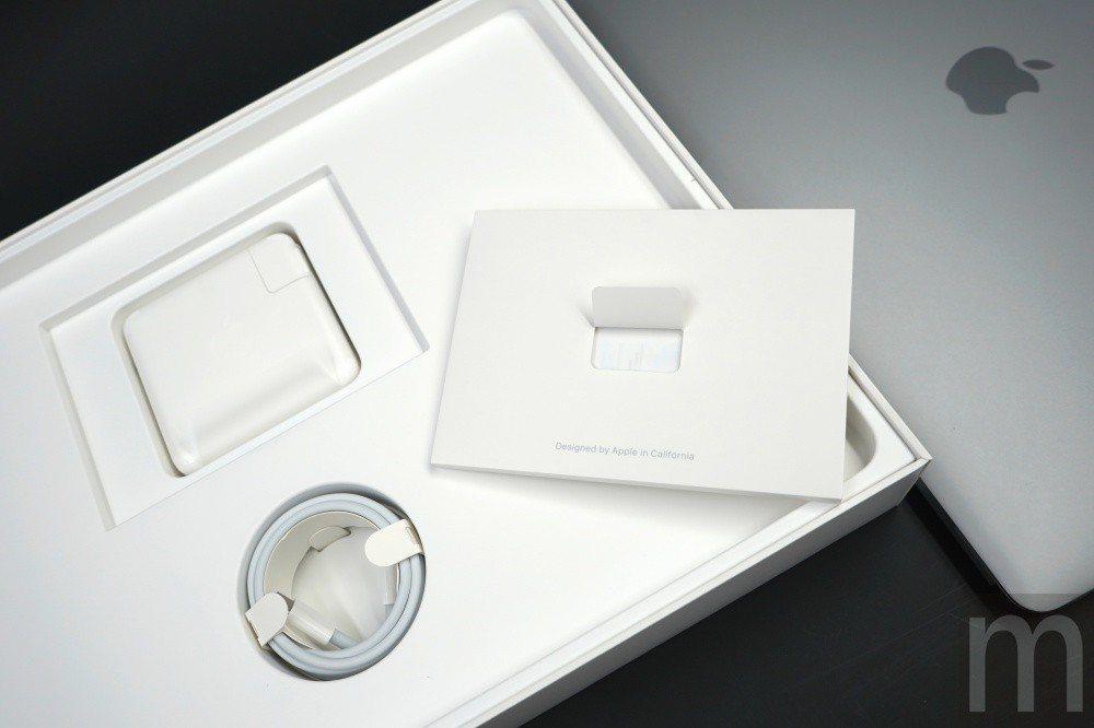 盒裝內除了MacBook Pro本體之外,就是說明書、USB Type-C連接線...