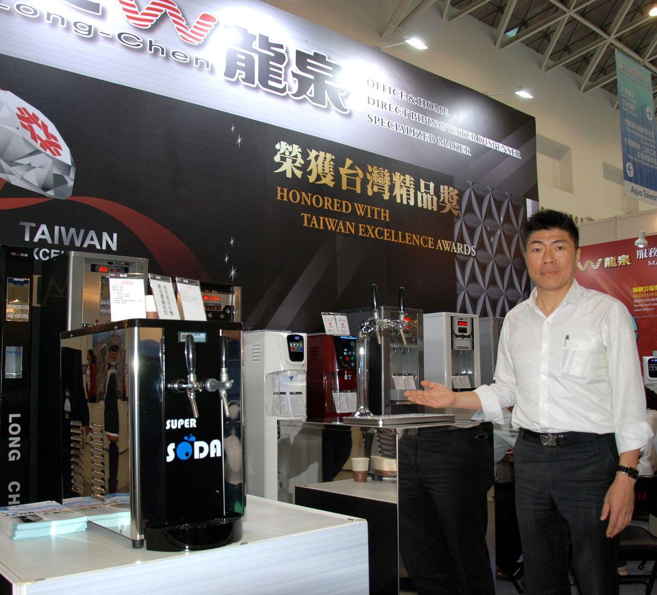 龍泉科技展出SUPER SODA商用機(桌上型跟廚下型),副總經理朱俊凱在現場解...