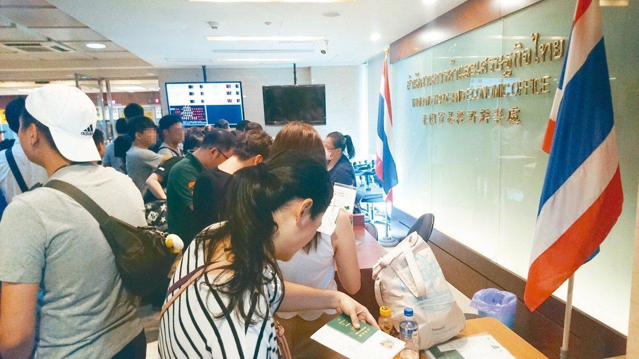 泰簽漲價造成消費者、旅行社反彈,不排除發動抵制前往泰國旅遊。圖為今早泰國台北經貿...