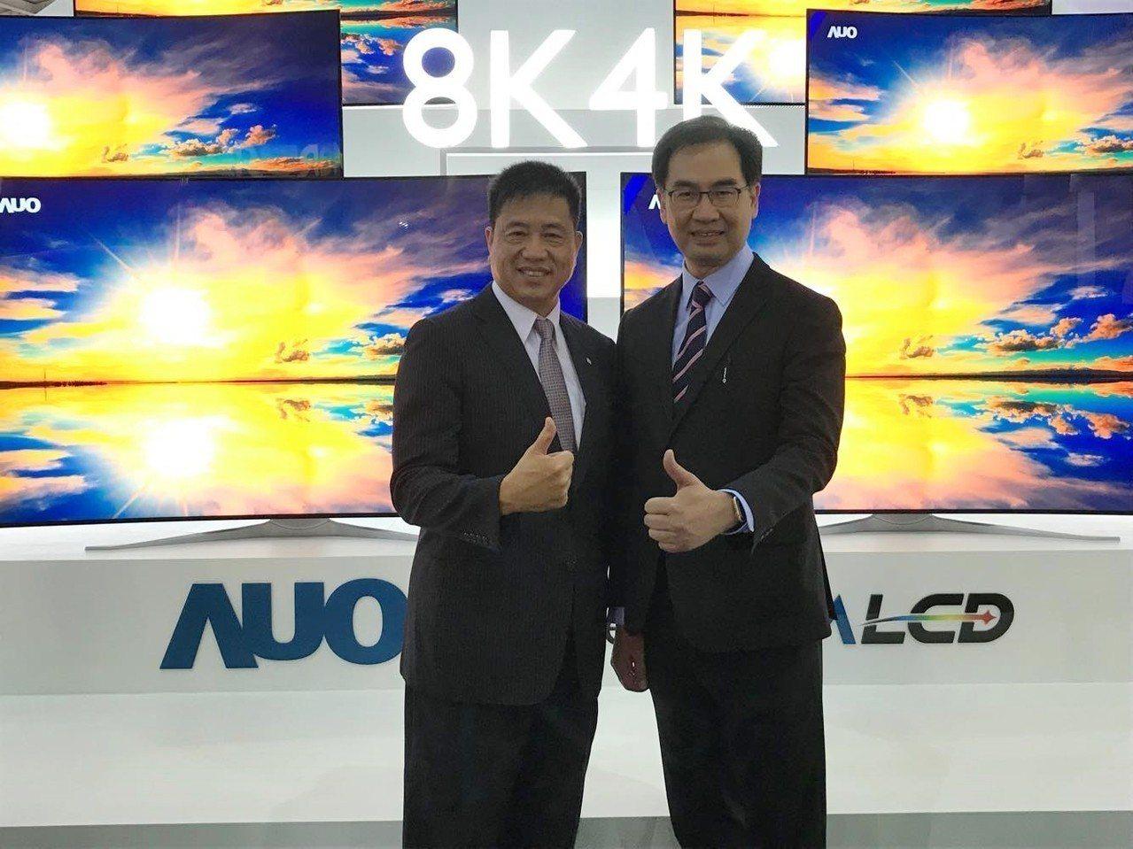 友達董事長彭双浪(左)與總經理蔡國新出席2018 Touch Taiwan智慧顯...