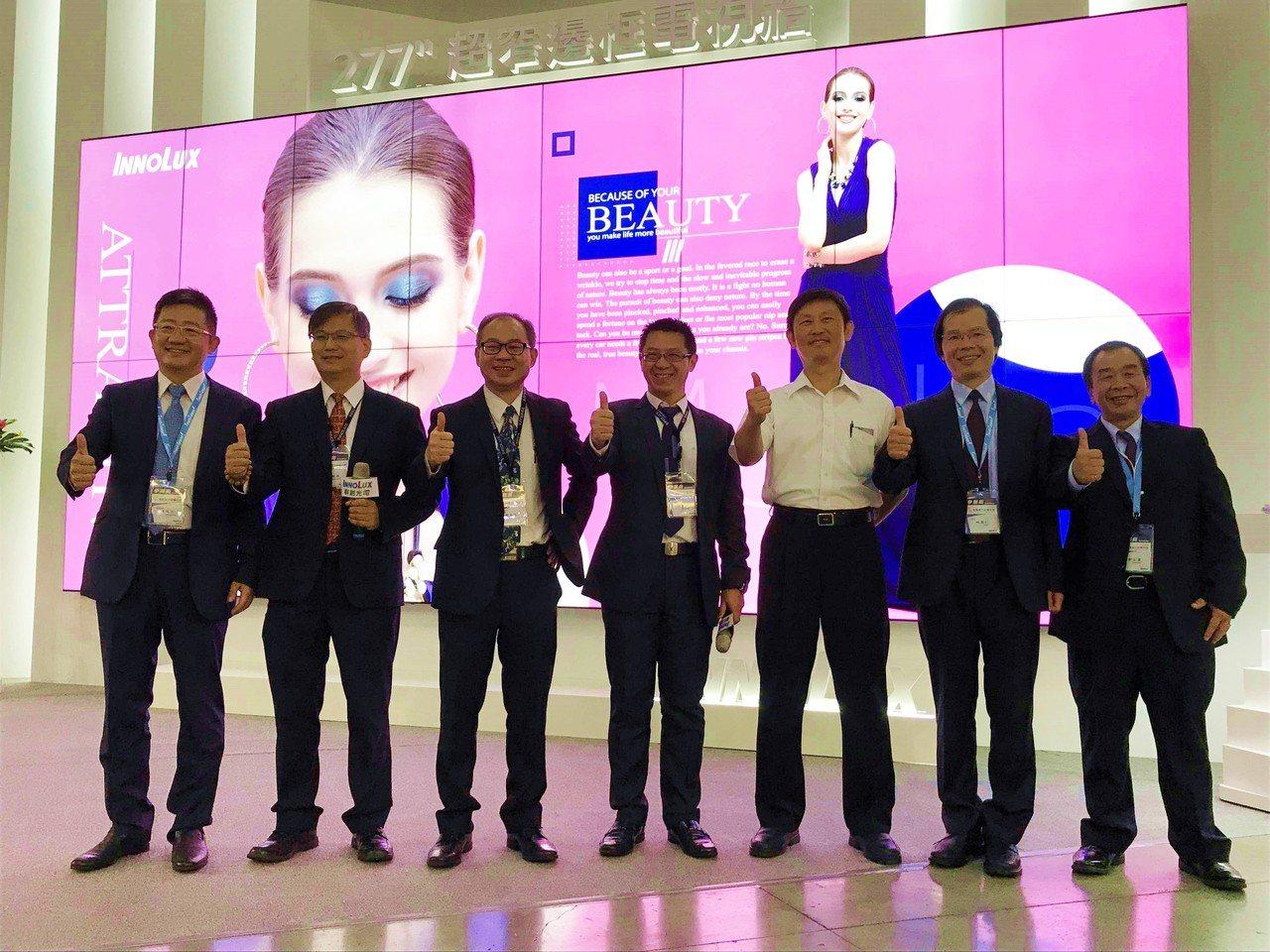 群創董事長洪進揚(左起四)率群創主管們,出席2018 Touch Taiwan智...