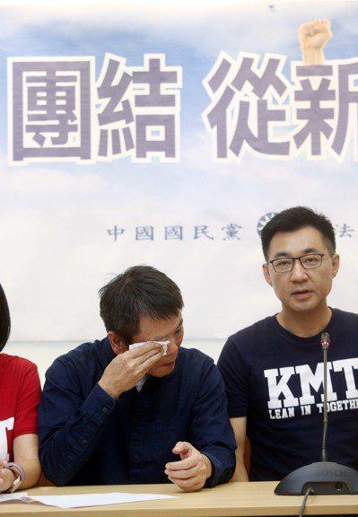 國民黨立法院黨團上午舉行「團結,從新竹起」記者會,林為洲(左)在會中宣布退出新竹...
