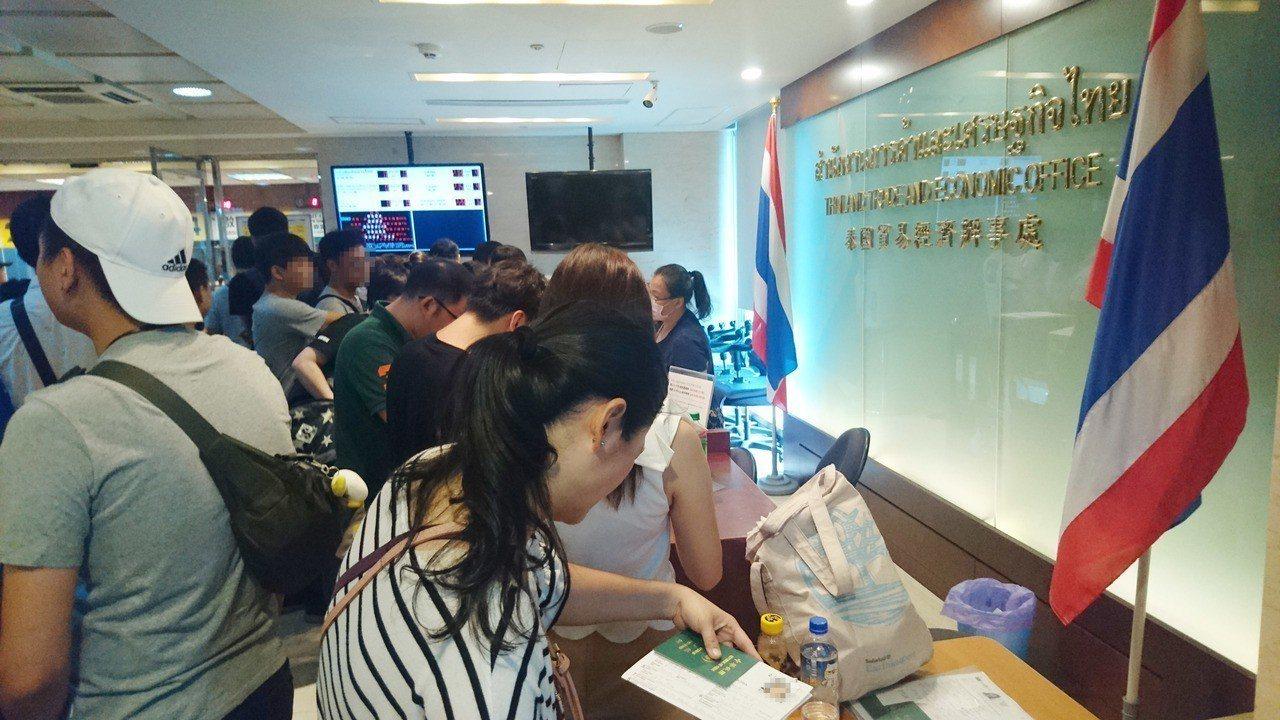 今早到泰國台北經貿辦事處前辦理簽證的民眾。 本報記者/攝影