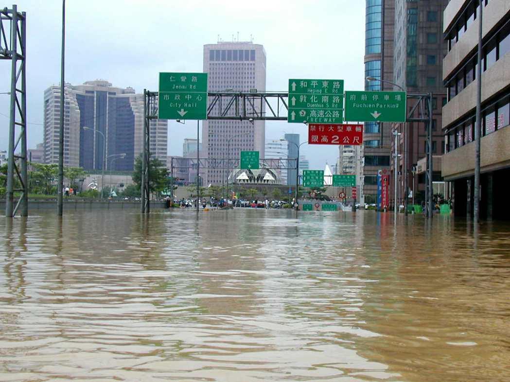 2001年的納莉颱風,也曾讓台北市忠孝東路變成一片汪洋。圖/聯合報系資料照片