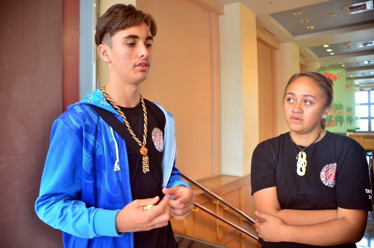 紐西蘭毛利青少年來台尋根團,29日參訪台灣史前文化博物館的台灣16個原住民族展場...