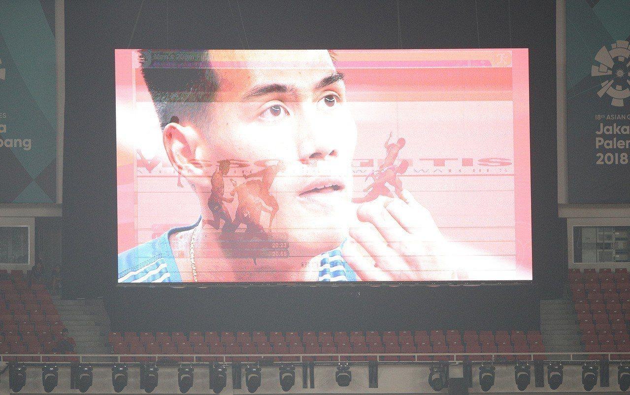 台灣「最速男」楊俊瀚在亞運男子200公尺決賽,以0.001秒之差,不敵日本好手小...