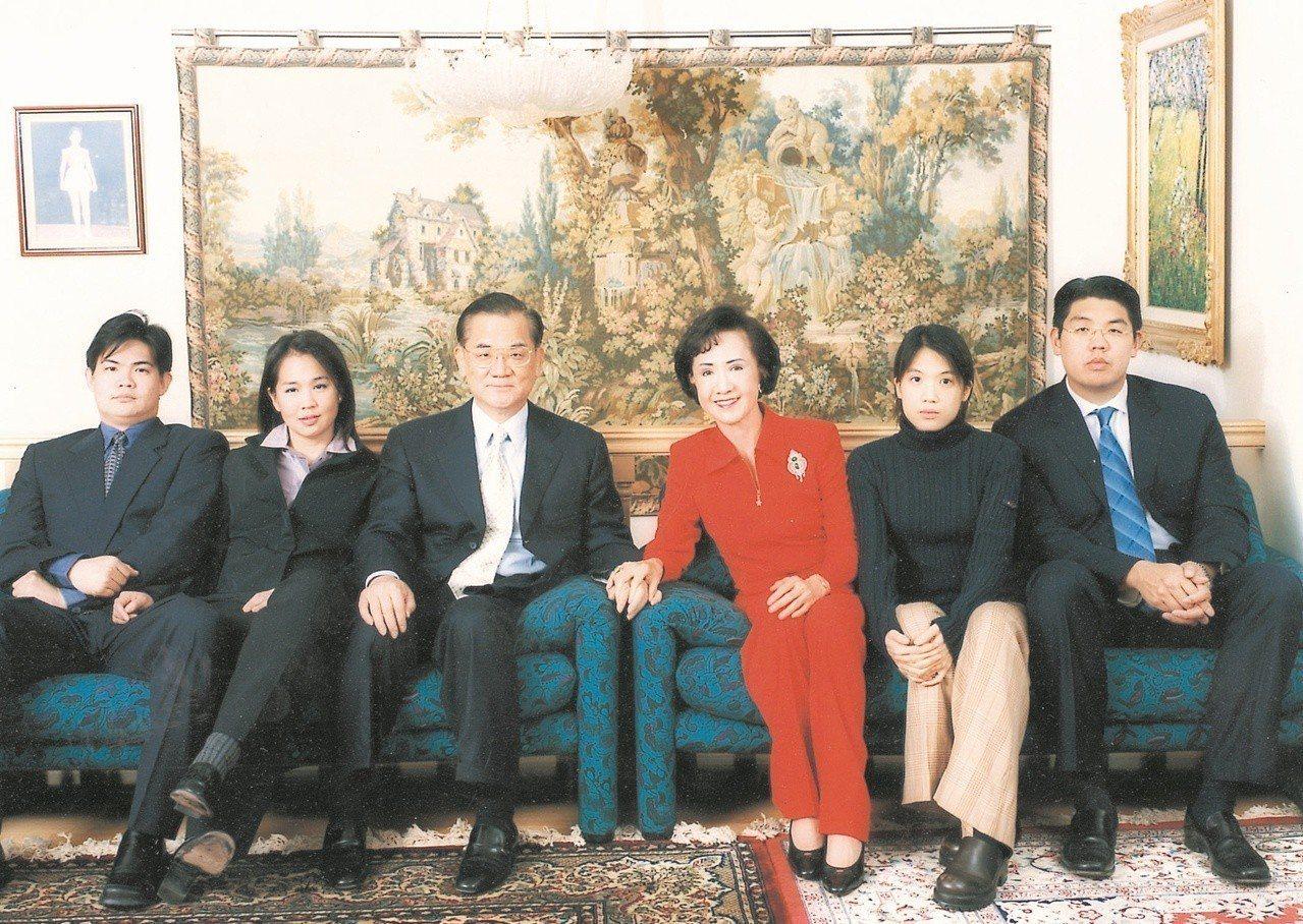 圖為連戰全家福。連家子女左起為連勝武、連惠心、連詠心、連勝文。記者林秀明攝影