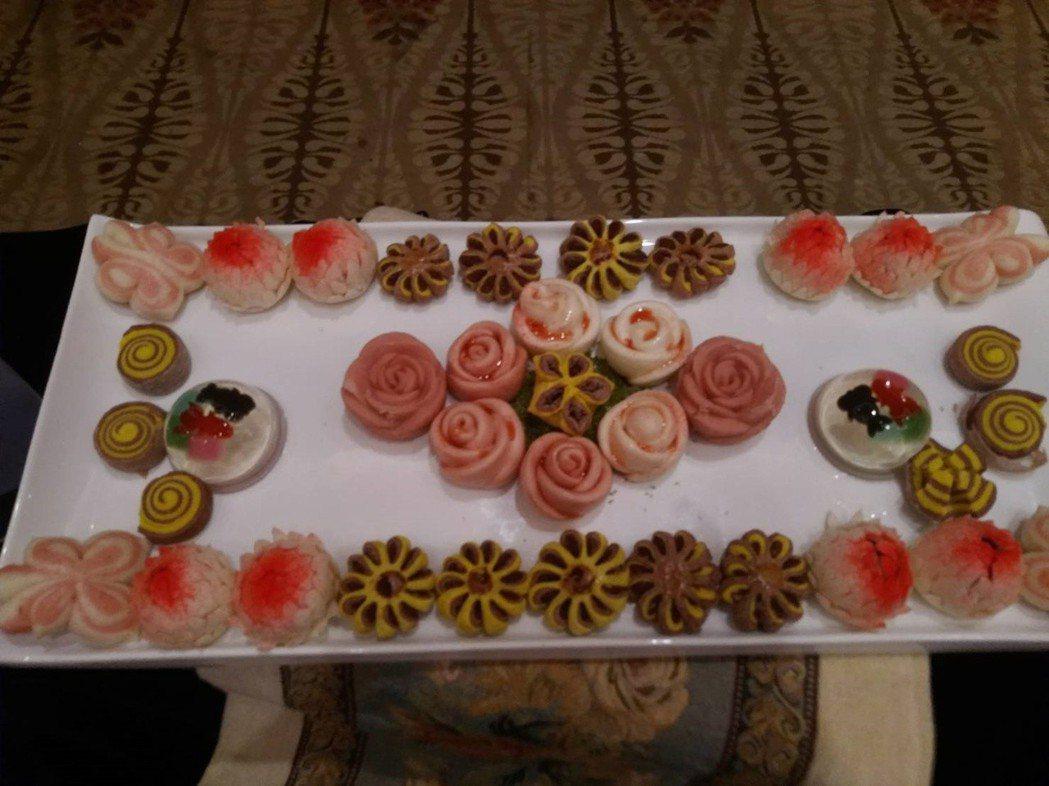 弘光科大鄭錦慶老師以中式麵食做出各種花的造型,奪得比賽特金 弘光科大/提供。