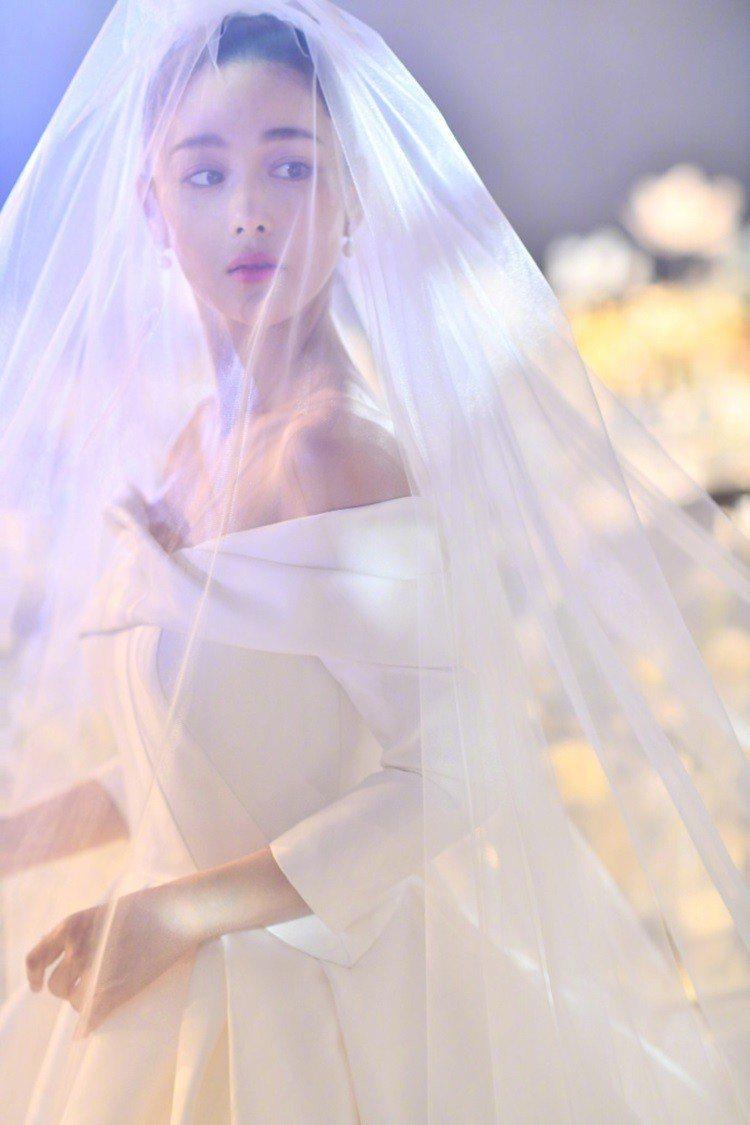 女星張馨予月初宣布已經和圈外男友何捷領證結婚,前幾天在上海舉辦婚宴,婚前的婚紗照...