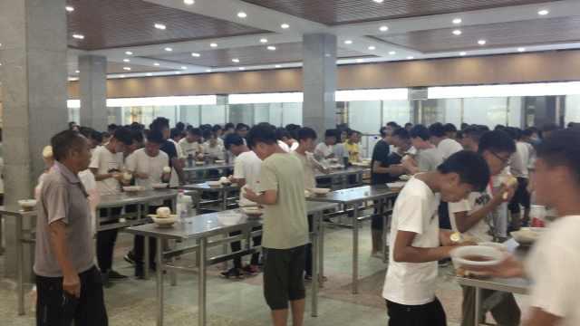 高中撤掉椅子逼學生站著吃飯。取自梨視頻