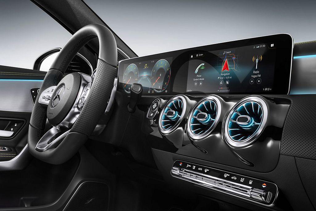 全新第四代賓士A-Class車內科技亮點除了能配置最大雙10.25吋螢幕外,更可透過智能聲控調整導航目的地、電話撥打、音樂選擇、發送或聽取訊息、空調或燈光控制等功能。 圖/Mercedes-Benz提供
