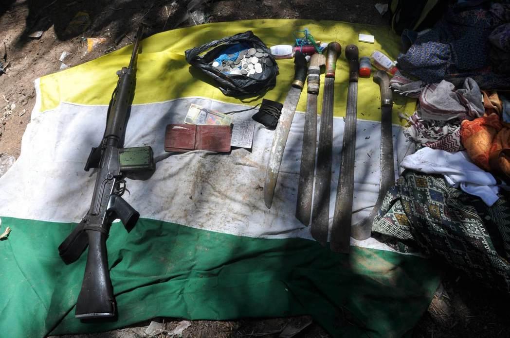 2013年3月,武裝組織「蘇祿軍」自菲律賓進入沙巴拿篤後留下的武器。 圖/路透社