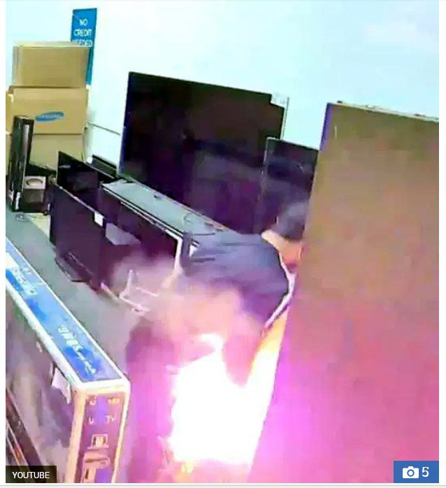 男子阿比哈迪在加州一家電子商城查看想要購買的電視尺寸時,他的下半身突然冒出火花。...