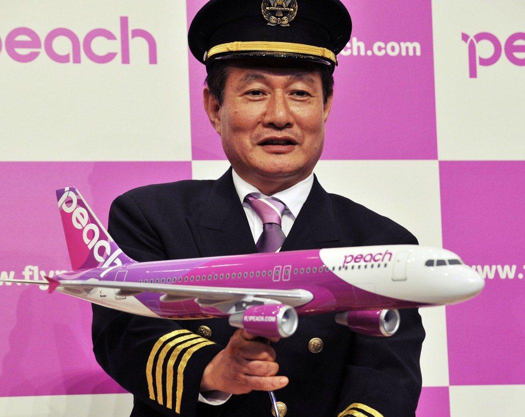 廉價航空的崛起,讓日本航空業型態大變。圖為ANA投資的樂桃航空與其執行長井上慎一...