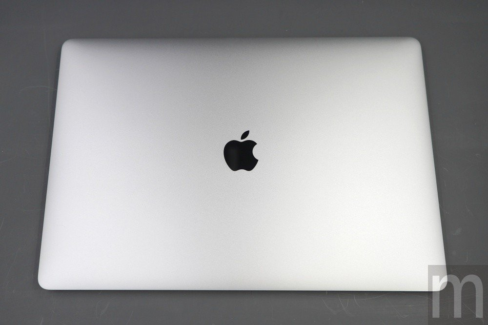 15吋MacBook Pro本體,基本上與過去兩年推行機種採相同外觀設計,蘋果標...
