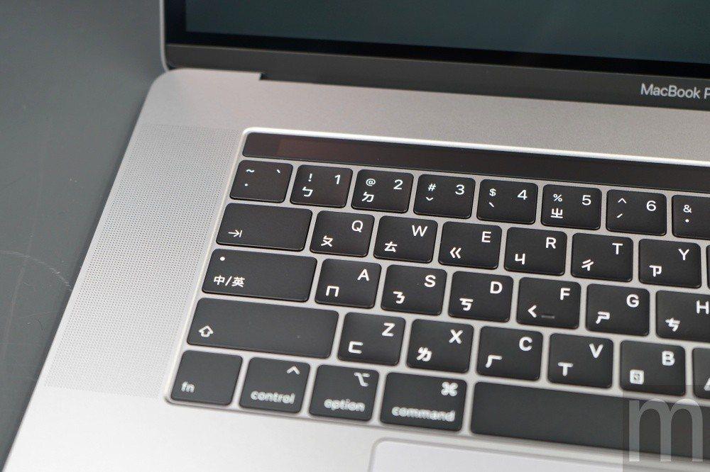 第三代蝶式鍵盤,其中改善灰塵、細沙影響敲打使用問題,同時也讓鍵盤聲音相對縮減一點