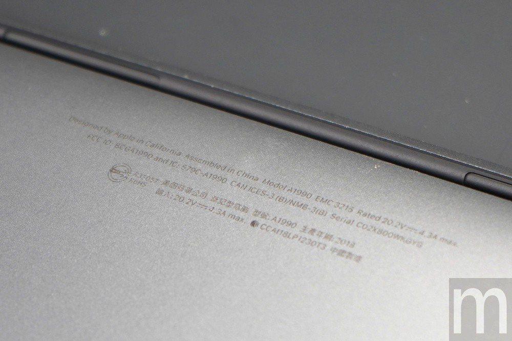 背後的生產資訊標示,同樣是在中國境內製造生產,同時產品型號為A1990