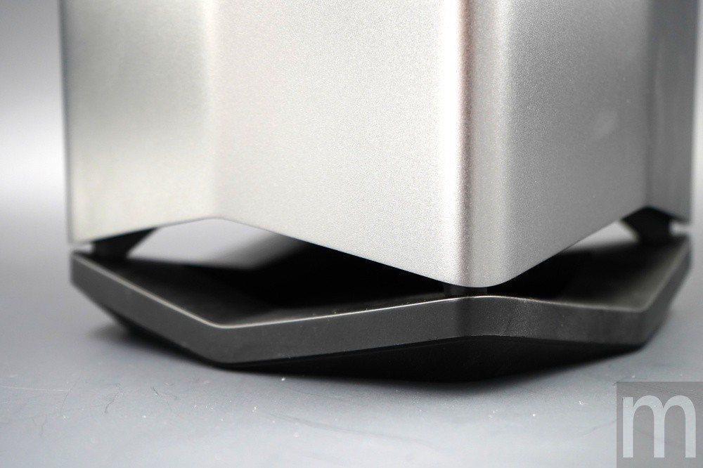 底部立架除了可將外接顯示卡盒撐起,並且維持穩固放置之外,更可藉由額外空間散熱