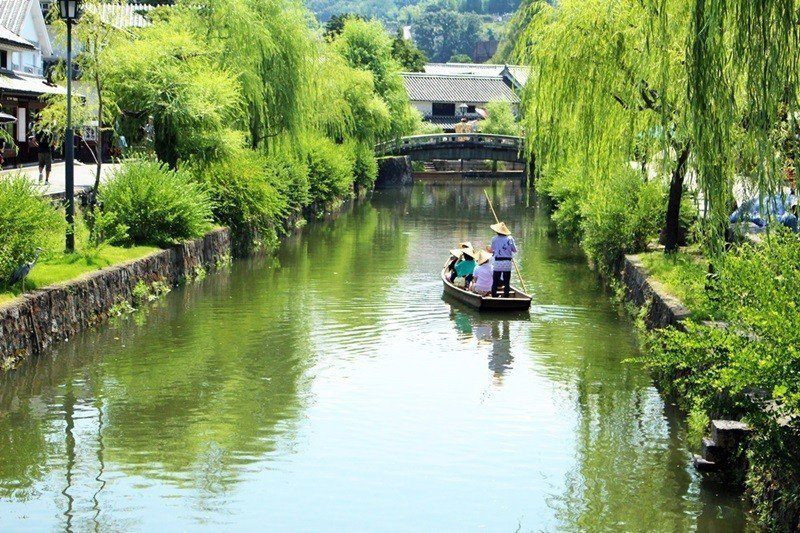 岡山的倉敷老街楊柳依依,景色如畫。