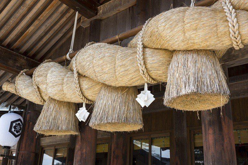 出雲大社是日本最古的寺廟,神樂廳前巨大的注連繩為特徵。