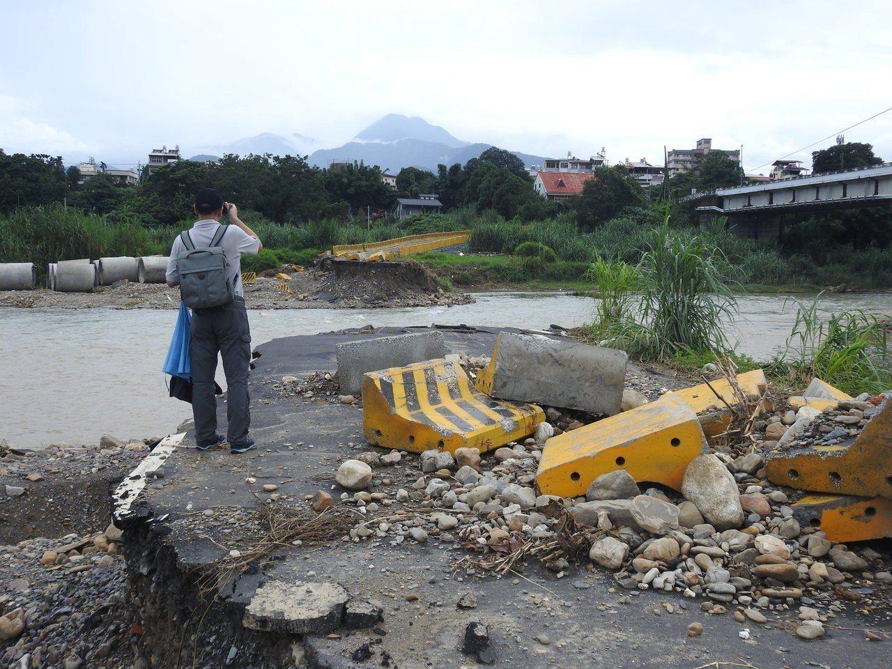 埔里愛村橋去年6月遭沖毀,涵管便道近期則被沖斷,鄰近民眾出入只能繞遠路,相當不便...