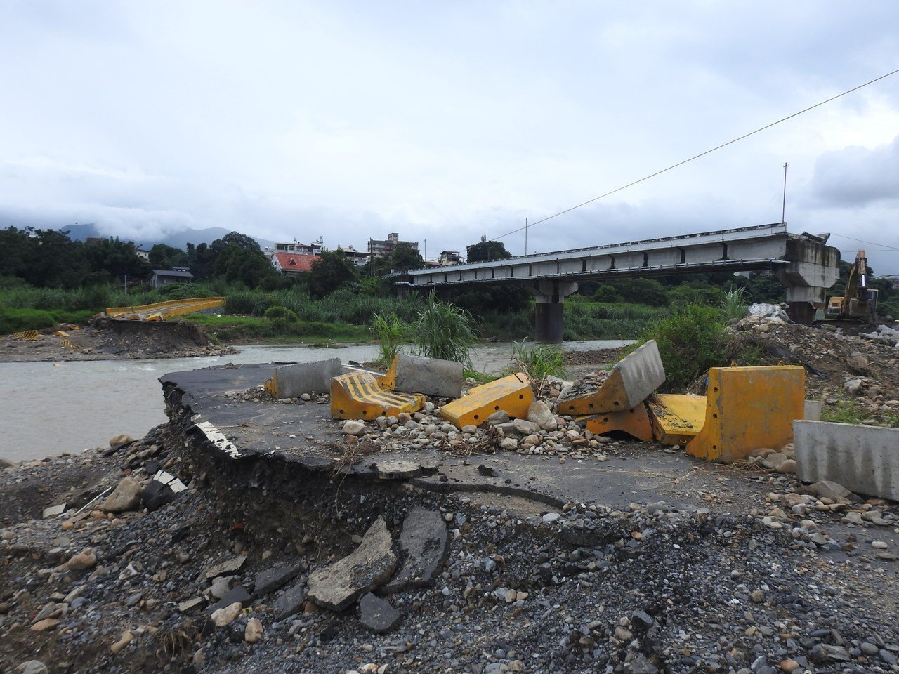 埔里愛村橋去年6月遭沖毀,涵管便道近期則遭豪雨侵襲,被河川湍流整個沖斷。記者賴香...
