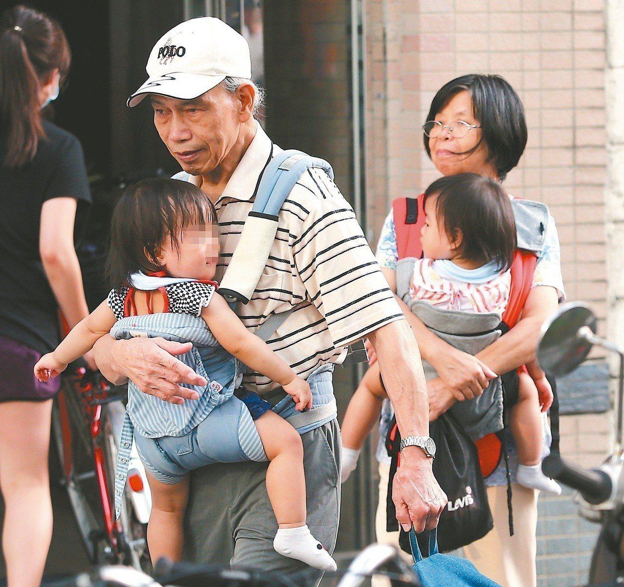 現行的爺奶保母政策原本溫馨,卻因中央補助不同調,讓受過托育訓練的爺奶不滿。圖/本...