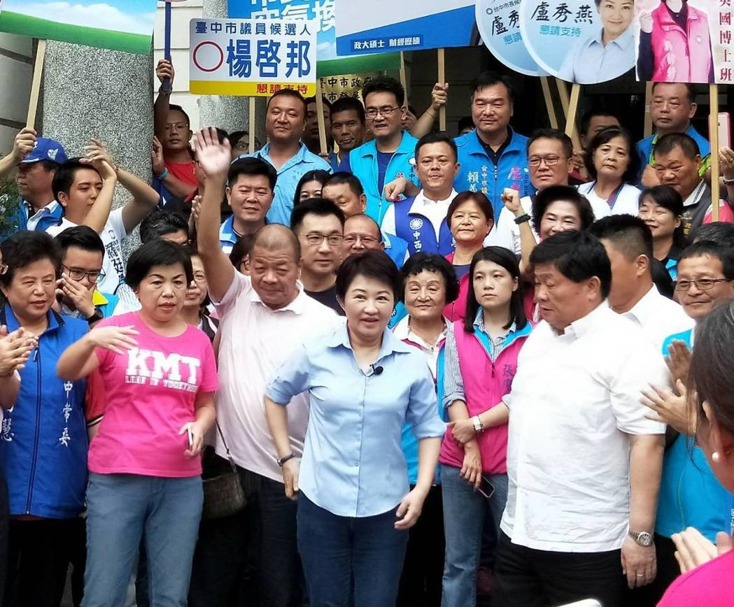 藍軍台中市長參選人盧秀燕(中)在成功整合紅黑派系獲大老支持後,聲勢起漲。記者張明...