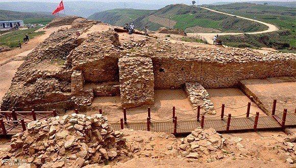 考古學家們在中國大陸的黃土高原發現一處失落城市的遺址,在大約4000多年前有過一...