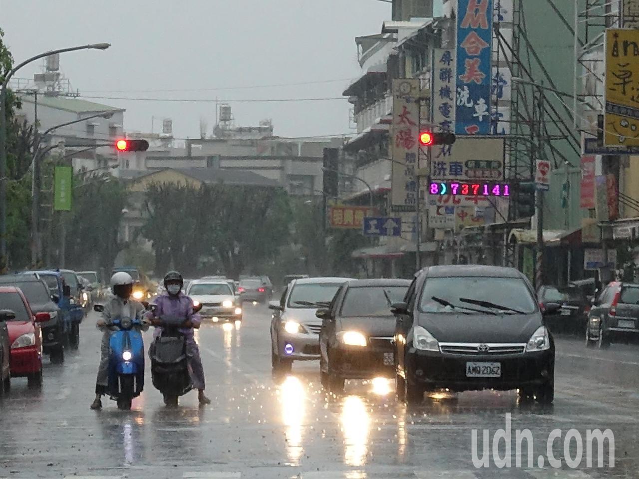 中央氣象局指出,今天台灣仍受到低壓帶及西南氣流影響,中南部及東南部有機會整天降雨...