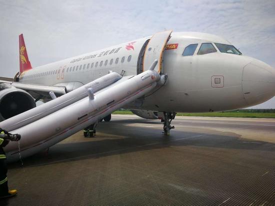 飛機落地重砸地面,事後發現起落架2個前輪「消失」。取自網易