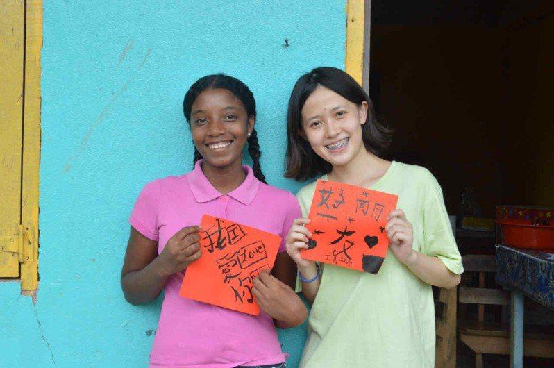 清華大學學生組成「國際志工貝里斯資訊教育服務團」以降低數位落差為目標,輔以文化課程,長期深耕貝里斯,兼顧當地學童的基本受教權。圖/教育部提供
