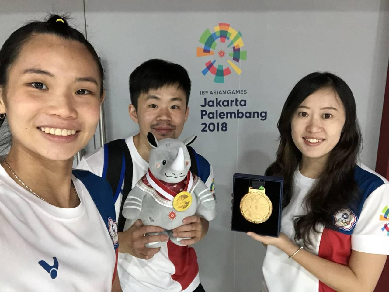世界球后戴資穎(左)、教練賴建誠(中)與防護師陳盈璇(右)。圖/長庚醫院提供