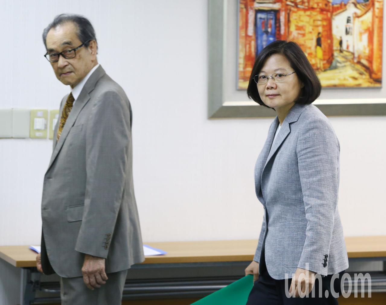 民進黨下午舉行中常會,蔡英文總統(右)出席中常會。記者陳柏亨/攝影