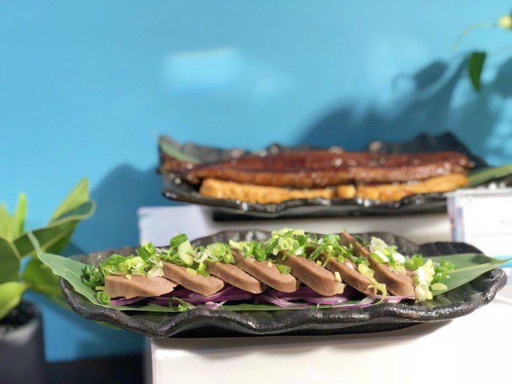 日式赤味噌烤牛舌也是由師父現場碳烤,嚼起來有彈性且香氣十足。記者魏妤庭/攝影